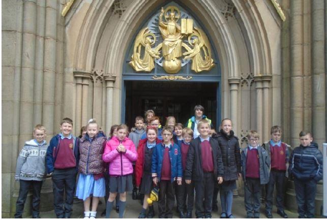 دانش آموزان ابتدایی در انگلیس از مسجد و کلیسا بازدید کردند + تصاویر