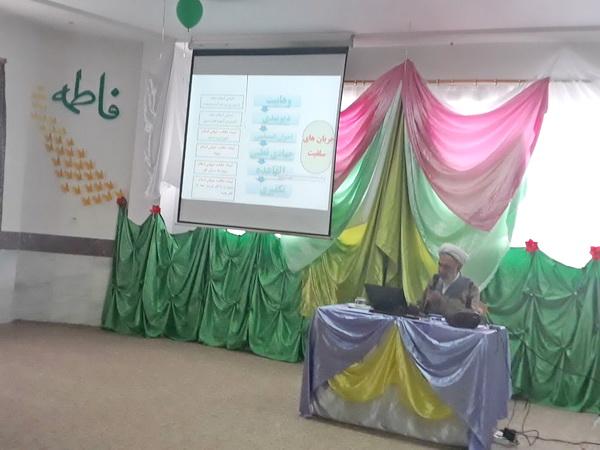 نشست «آشنایی با شیوه تبلیغات گروه های تکفیری» در  مدرسه  امام باقر(ع) شهرستان کامیاران