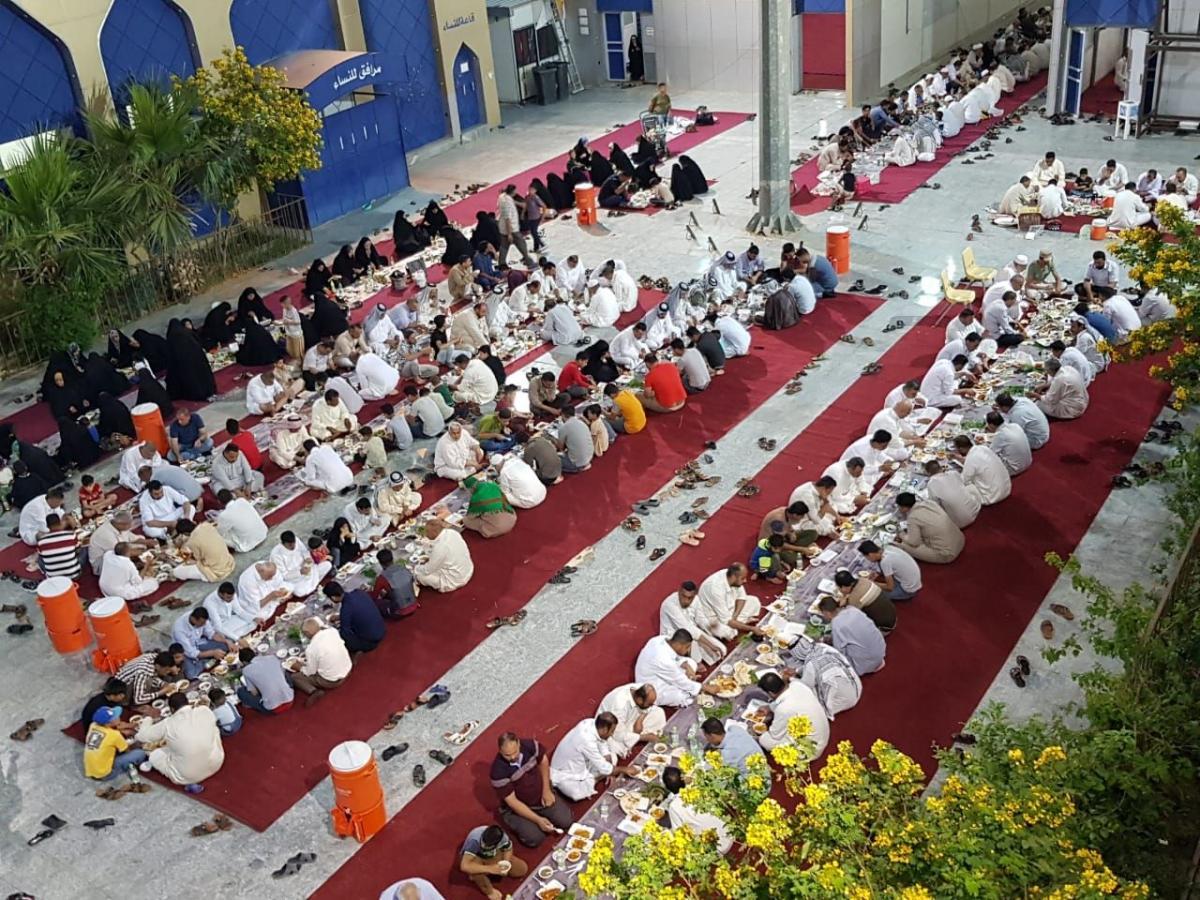 آستان مقدس عباسی برای روزه داران سفره افطار می اندازد