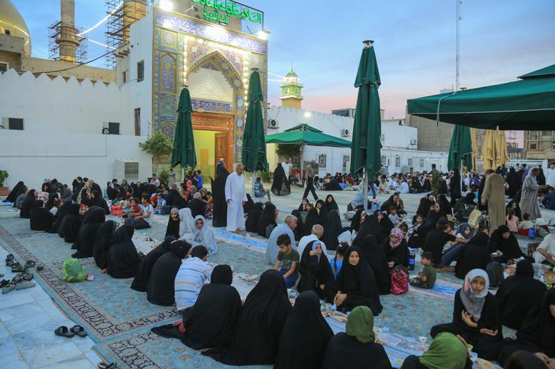 سفره افطاری حرم امامین عسکریین(ع) برای مهمانان ماه خدا