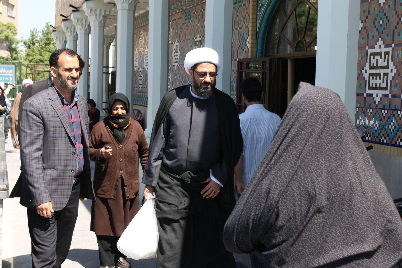 کمک نماینده ولی فقیه در استان همدان به بانویی سال خورده
