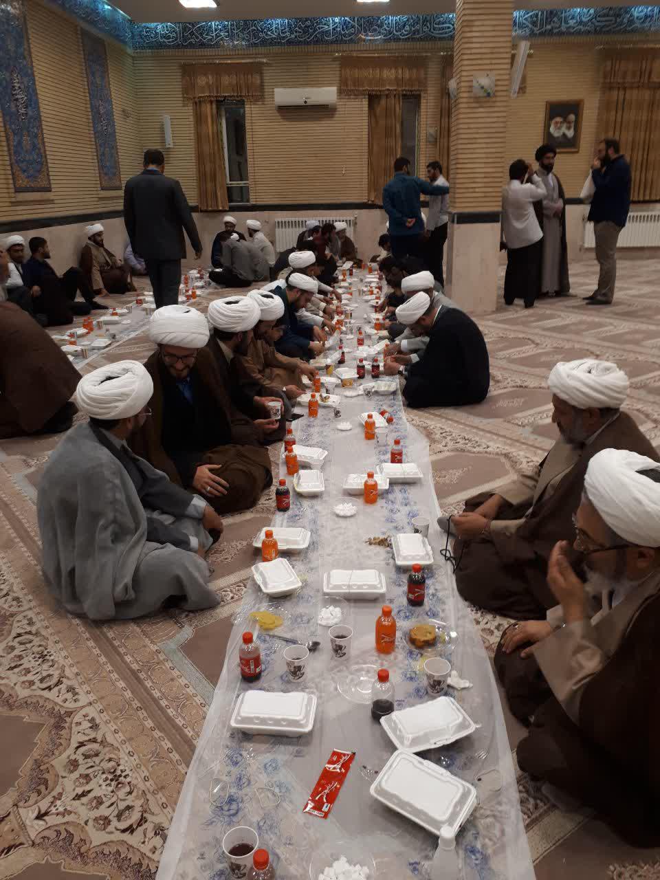 تصاویر/  افطاری طلاب مدرسه صاحب الزمان(عج) ایلام در بیت امام جمعه