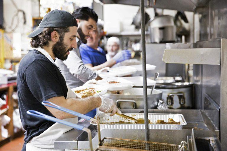 خانواده مسلمان در ۶ سال گذشته به نیازمندان فیلادلفیا افطاری داده است + تصاویر