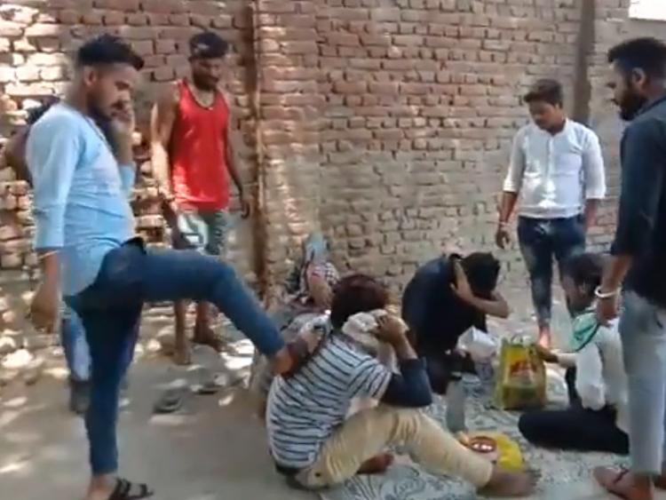 ضرب و شتم چهار جوان مسلمان به جرم خوردن گوشت گاو  در نزدیکی معبد هندوها