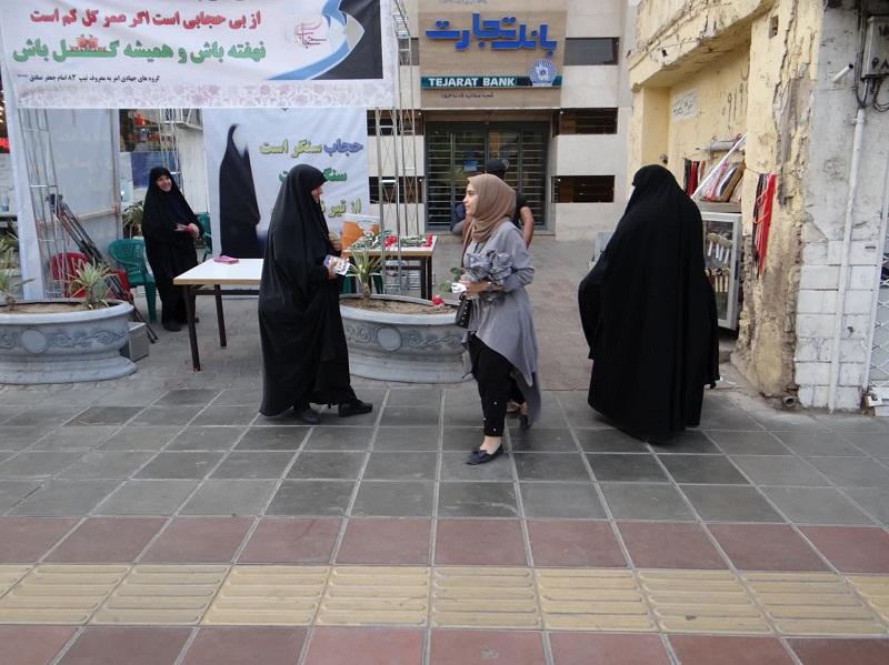 اهدای گل به بانوان قمی از سوی گروه های امر به معروف خواهران