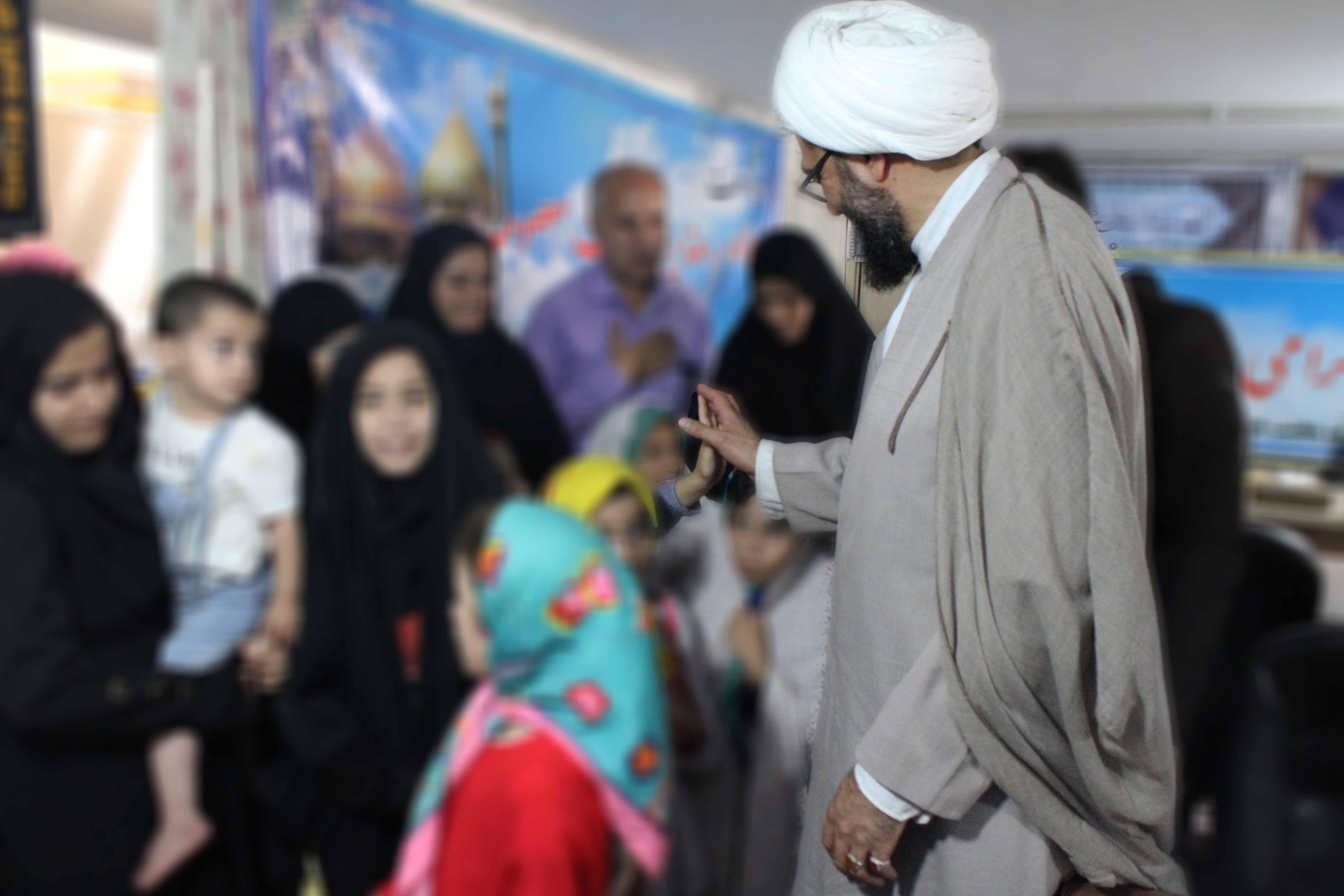 حضور امام جمعه همدان در بین کودکان تحت پوشش بهزیستی