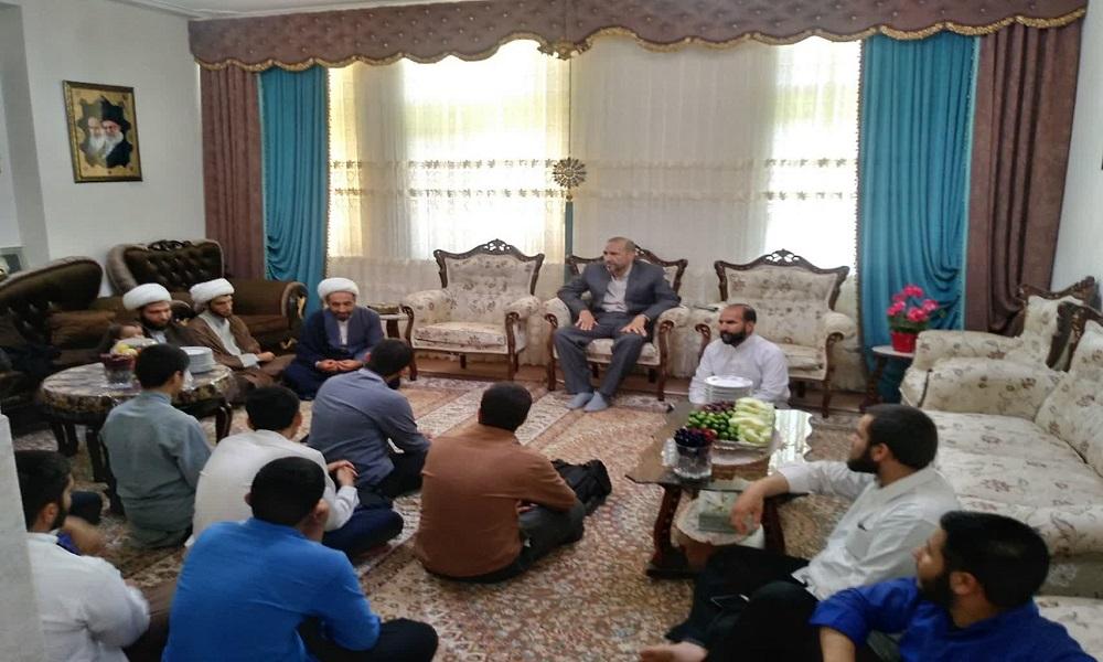 تصاویر/ دیدار طلاب حوزه علمیه کرمانشاه با جانباز ۷۵ درصد دفاع مقدس