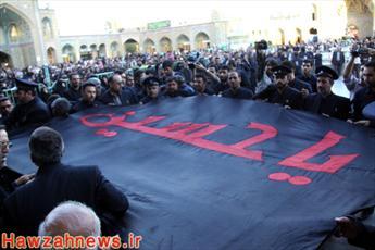 تصاویر تعویض پرچم حرم حضرت معصومه(س) به پرچم عزای حسینی(ع)