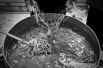 فیلم | «مهمانی مهربانی» با طبخ بیش از هزار افطاری در هیئت مذهبی یزد