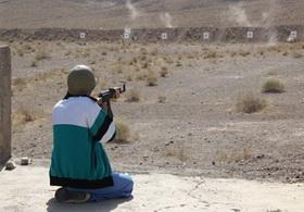 رقابت روحانیون بسیجی در مسابقات تیراندازی