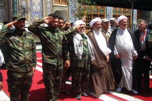 احترام نظامی روحانی بسیجی به آستان مقدس کاظمین