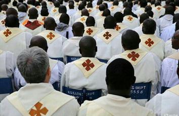 عکس / کشیشان کاتولیک هنگام سخنرانی پاپ در کنیا