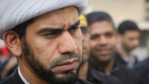 ماموران زندان آل خلیفه روحانی بحرینی را  با بستن پایش مجازات میکنند