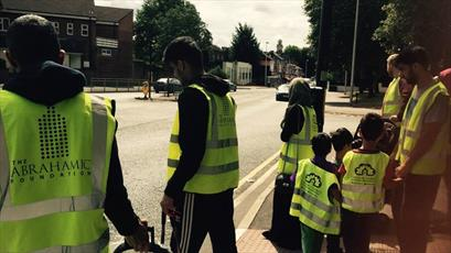 جوانان مسلمان بیرمنگام اقدام به جمع آوری زبالههای شهر کردند + تصاویر