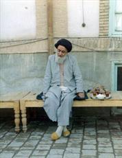 عکس/ شهید مدنی در حیاط منزل خود