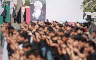 عکس/ نماز ظهر عاشورا کنار منزل شیخ عیسی قاسم در بحرین