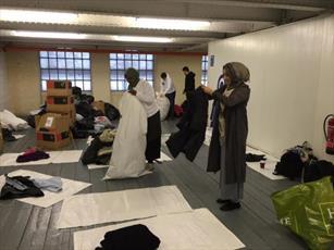 جمع آوری  بیش از ۱ هزار البسه برای بیخانمانها توسط خیریه اسلامی