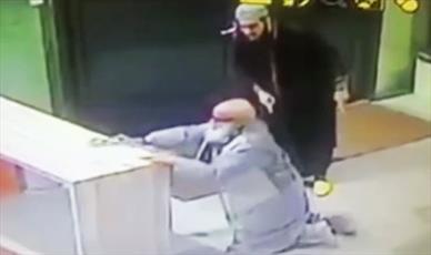 فیلم حمله یک سلفی به موذن پیر مسجد در آمستردام