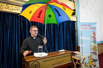 مدیر مرکز اسلامی هامبورگ چتر کتاب کودک را به اسقف اعظم هامبورگ تحویل داد