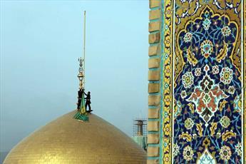 اهتزاز پرچم سبز رضوی بر فراز گنبد حضرت شمس الشموس(ع)