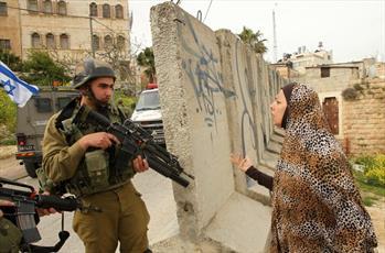 توهین و ضرب و شتم  زن فلسطینی توسط نظامیان ارتش اسرائیل