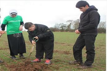"""درختکاری """"میان ادیانی"""" دانش آموزان مسلمان، مسیحی و یهودی+ تصاویر"""