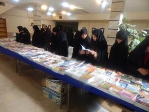 بازدید طلاب حوزه علمیه خواهران از نمایشگاه کتاب استان قزوین