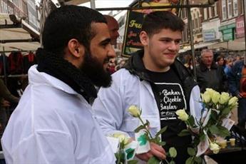 مسلمانان هلند گل رز به رهگذران تقدیم میکنند + تصاویر