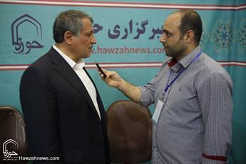 منتخب شورای شهر تهران از غرفه خبرگزاری حوزه بازدید کرد