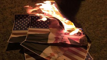"""آتش زدن پرچم آمریکا و تصاویر ترامپ در روز ملی """"اخراج آمریکایی ها"""""""