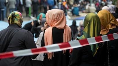 حمله به یک زن مسلمان و کشیدن حجاب او در خیابان