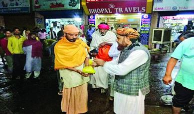 مسلمان نیکوکار هندی روزانه به ۳۰۰ بیخانمان غذا میدهد +عکس