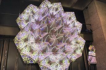 بانوی مسلمان طرحهای ترکیبی هنر اسلامی و فناوری دیجیتال خلق میکند
