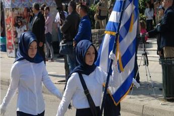حضور دانش آموزان مسلمان یونانی با حجاب اسلامی در رژه سالانه