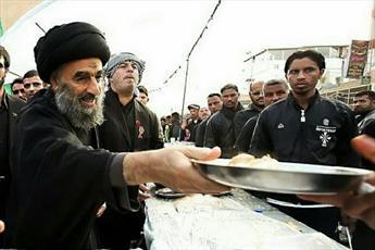 عکس/ آیت الله مدرسی در حال خدمت به زائران اربعین