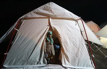 ۱۰۰۰ تخته چادر از سوی آستان قدس در اختیار  زلزلهزدگان قرار گرفت