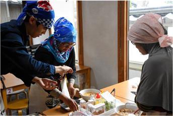 در رستوران حلالی در ژاپن، گردشگران مسلمان خودشان آشپزی میکنند