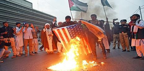 شیعیان پاکستان پرچمهای آمریکا و اسرائیل را  به آتش کشیدند
