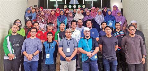 جوانان مسلمان در برونئی کالاهای اهدایی مردم را به فقرا میدهند