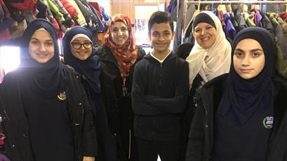 دانش آموزان مسلمان انگلیسی بیش از ۴۰۰ دست لباس زمستانی برای بی خانمان ها جمع کردند