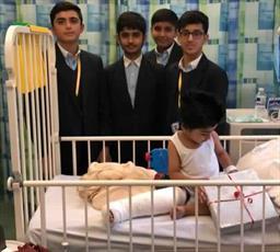 دانش آموزان مسلمان در انگلیس از بیماران کودک و سالمند عیادت کردند