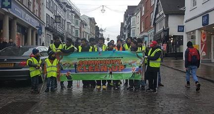 مسلمانان انگلیسی کمپین سالانه «تمیزکاری خیابانها» را برپا کردند