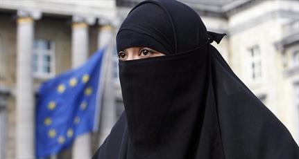 تاجر الجزایری، جریمه پوشیه زنان در دانمارک را پرداخت می کند