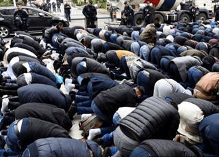 نماز خواندن در خیابان های شهر فرانسوی اورلئان غیرقانونی اعلام شد