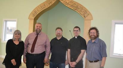 هدیه اعضای یک کلیسای کاتولیک در آیوا به مسلمانان