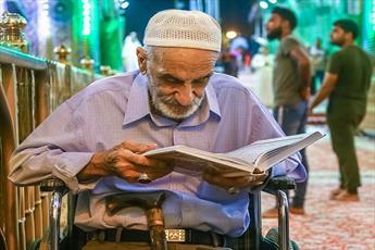حال و هوای قرآنی روزه داران در حرم امام حسین(ع) + تصاویر