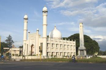 مسجد ۲۰۰ ساله در هند، «افطار سبز» میان ادیانی به روزه داران می دهد