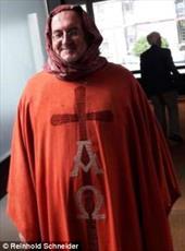 اقدام  عجیب کشیش آلمانی برای حمایت از زنان محجبه