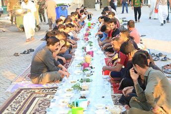 توزیع روزانه بیش از ۱۵هزار بسته افطاری در حرم امامین عسکریین (ع)+ تصاویر