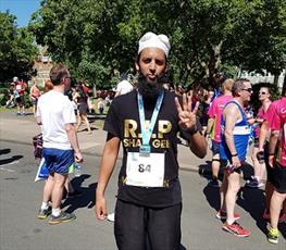 دونده مسلمان با زبان روزه در مسابقه دو ۱۰ کیلومتر شرکت میکند